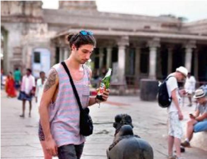 De Nederlandse toerist die met een biertje betrapt werd in de Hampi tempel