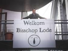 De Abt verwelkomt de abt: 'Welkom Bisschop Lode' in Orval-kroonkurkjes