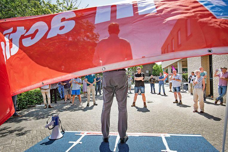 Han Busker: 'Jullie hebben laten zien wat het betekent om solidair te zijn.' Beeld Guus Dubbelman / de Volkskrant