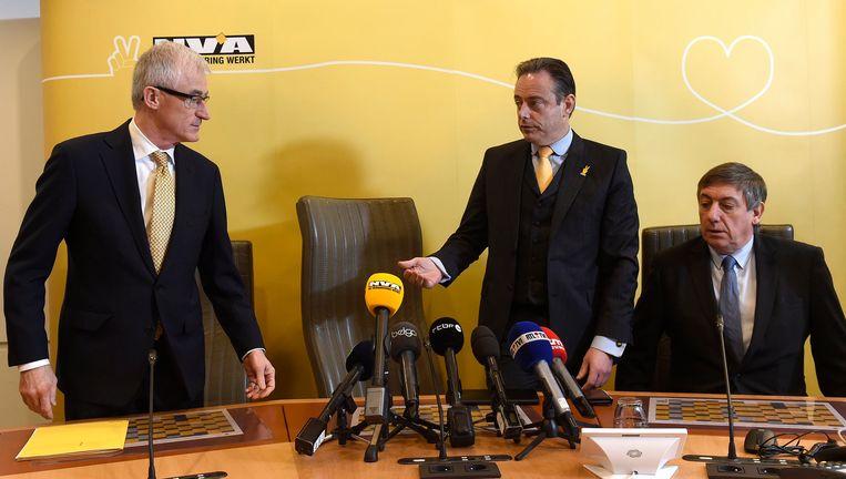 Vlnr. Vlaams minister-president Geert Bourgeois, partijvoorzitter Bart De Wever en ex-vicepremier Jan Jambon (archiefbeeld).