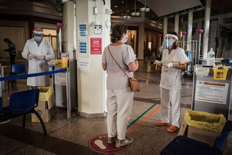Bij binnenkomst in een ziekenhuis in Bassano del Grappa wordt de temperatuur gemeten.  Beeld Nicola Zolin