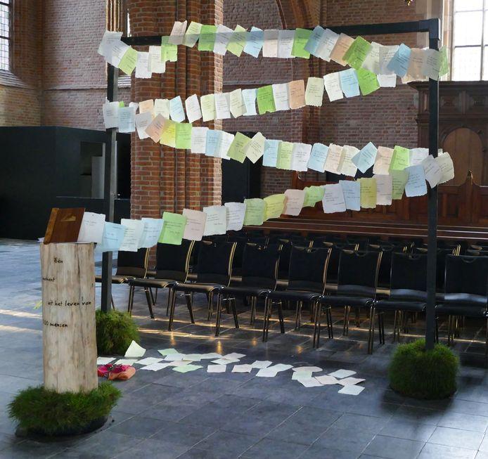 De kunstinstallatie 'Reisverslag' van Mascha Bossuyt in de Rhenense Cunerakerk. Dit werk is de basis voor het huidige initiatief van de slinger.