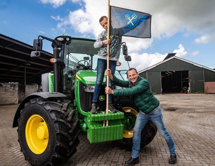 Willeam (41) en zijn zoon Wessel (11) trekken per tractor ten strijde richting Den Haag.