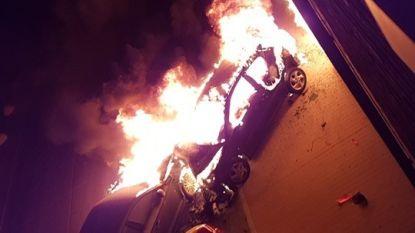 Beschonken bestuurder (29) richt ravage aan en vlucht te voet weg: 3 wagens uitgebrand, 2 flatgebouwen beschadigd
