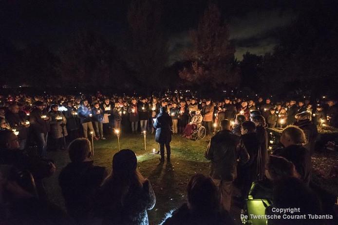 Velen woonden de herdenking op de begraafplaats aan de Schipleidelaan woensdagavond bij.