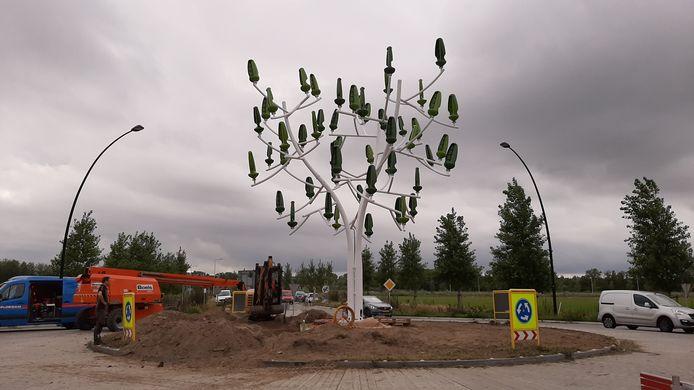 Plaatsing van de 'Wind Tree' op de rotonde in de Hulsakker in Heewijk-Dinther.