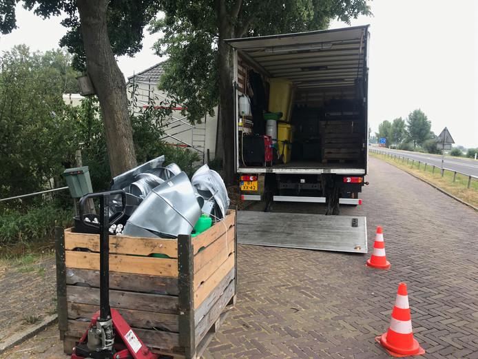 De apparatuur van de wietplantage wordt afgevoerd met een vrachtwagen.