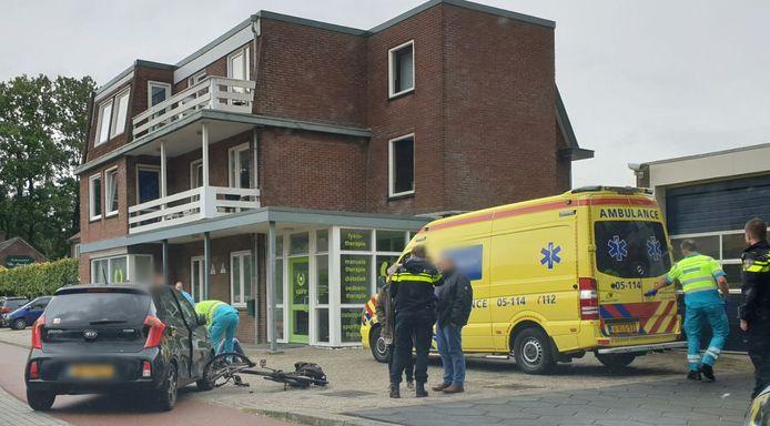 De fietser ging per ambulance naar het ziekenhuis.