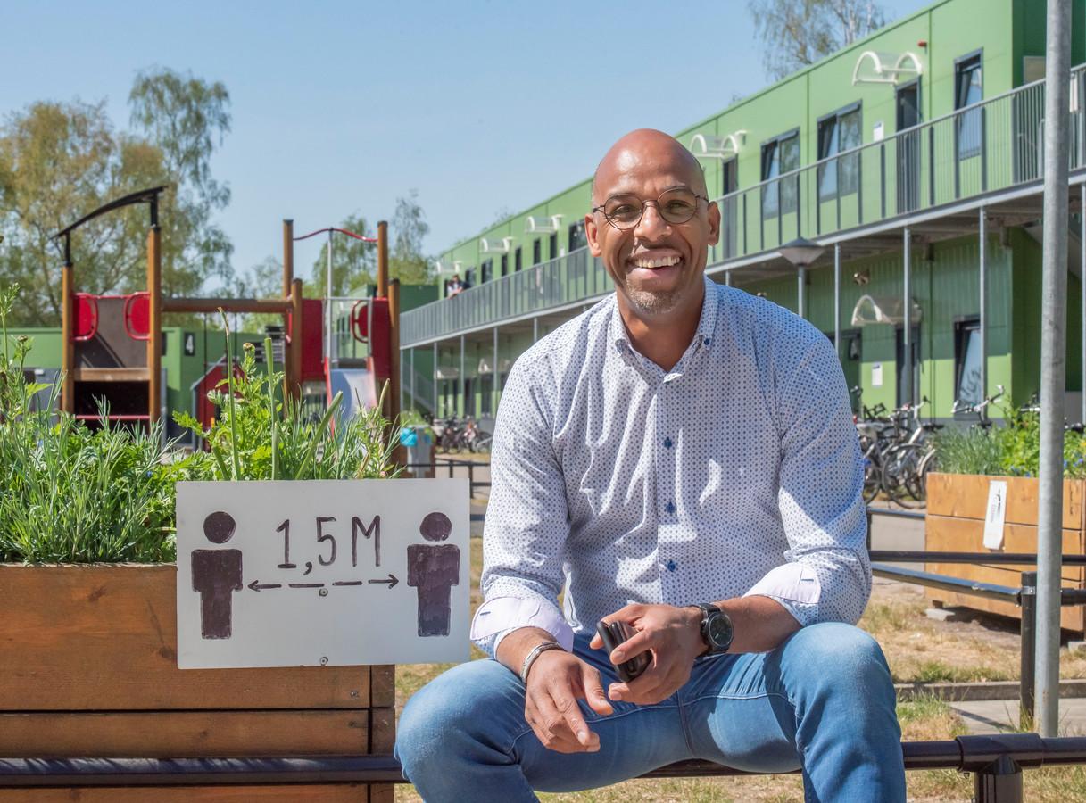 De anderhalve meter-samenleving geldt ook in het asielzoekerscentrum in Harderwijk. ,,Daar worden bewoners en medewerkers ook voortdurend op gewezen'', zegt locatiemanager Thami Zabda.