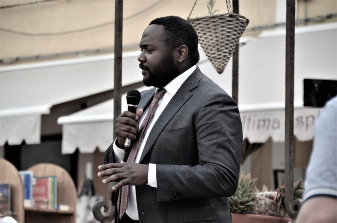 Mpanzu Bamenga spreekt in Ventotene over vrijheid.