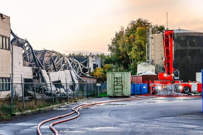 Het pand van Tuf de dag na de brand. Het dak van een deel van het bedrijfsgebouw is ingestort.