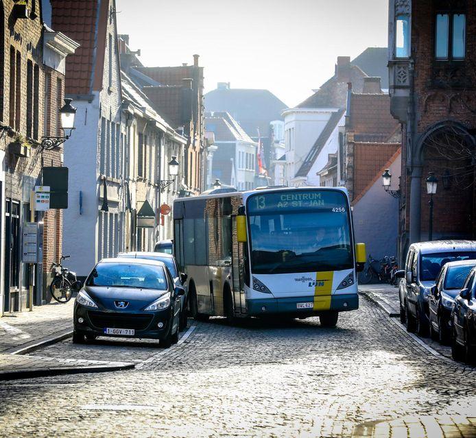 Een bus van De Lijn rijdt in de Sint-Jorisstraat. Daar zijn dit jaar drie te hoge concentraties fijn stof gemeten.