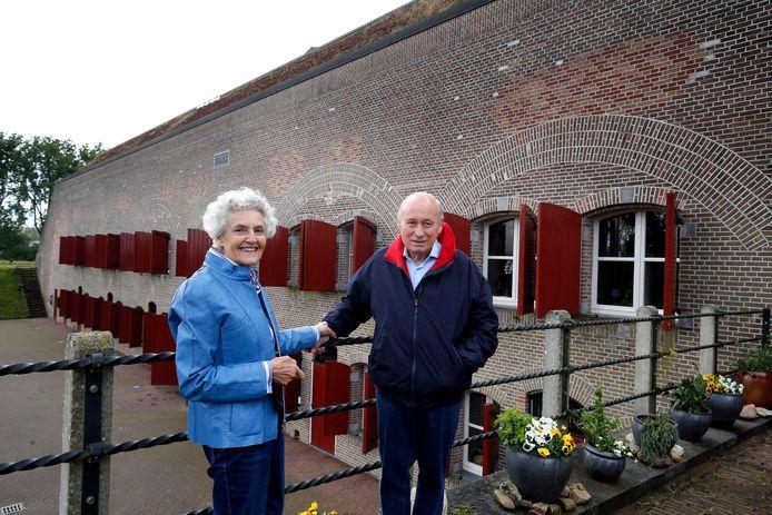 Dick en Ineke Fornier voor de Noordgevel van het fort die nog in originele staat is gelaten.