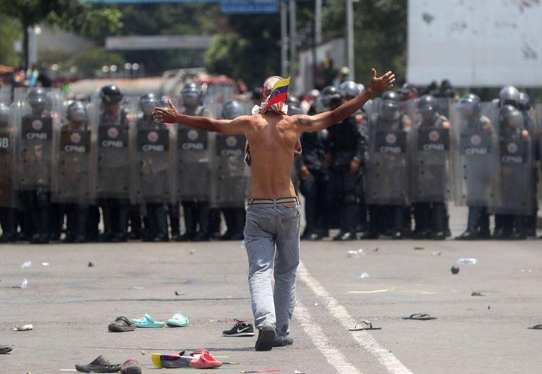 Supporters van oppositieleider Juan Guaido verzetten zich tegen soldaten op de grens met Colombia.