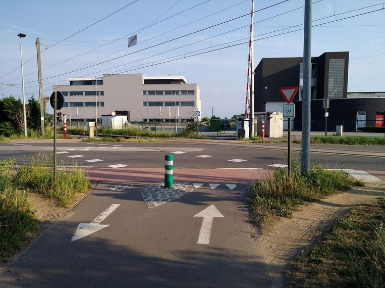 De fietsoversteekplaats aan de Puursesteenweg en de spooroverweg.