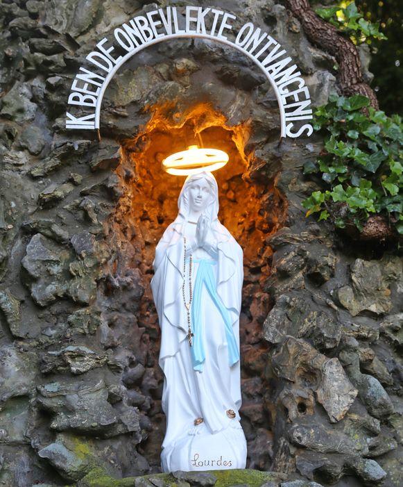 En toen had de bekende grot opnieuw een nieuw Mariabeeld.
