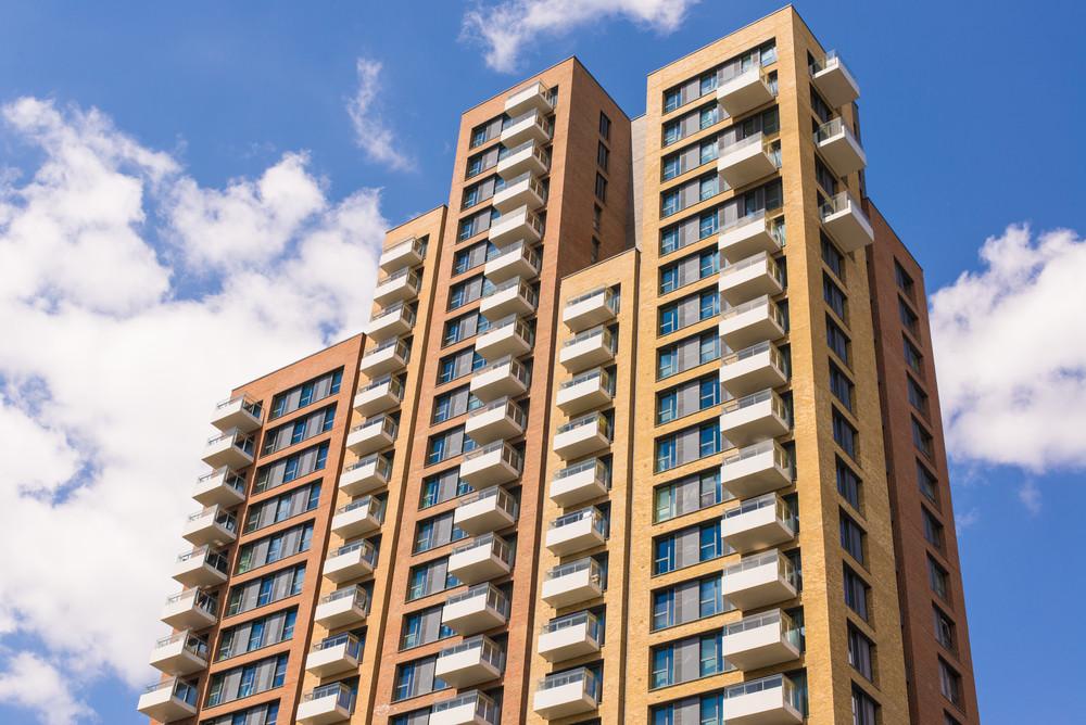 Als je een appartement koopt, word je automatisch lid van de vereniging van eigenaren en moet je maandelijks servicekosten betalen.