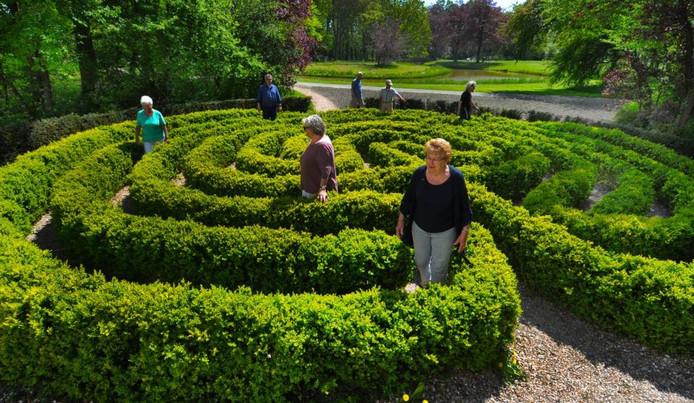Rustig rondwandelen in het labyrint in het Middelburgse park Toorenvliedt.