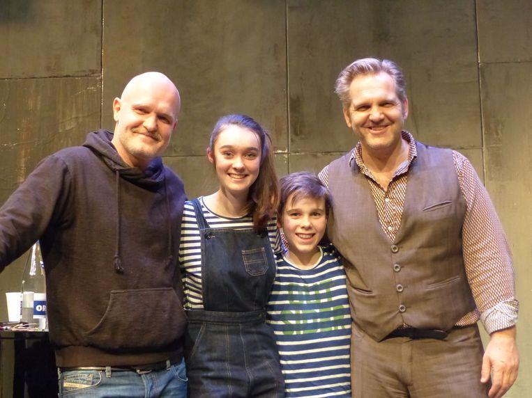 Emma en Warre met hun idolen van Kommil Foo.