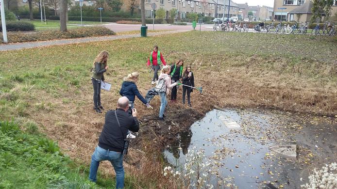 De leerlingen brachten in kaart hoeveel afval er op die vaste routes op de grond lag en hebben de aangetroffen troep ook meegenomen.