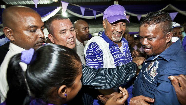 Lijfwachten van Desi Bouterse houden aanhangers op afstand tijdens een campagnebijeenkomst afgelopen week in het Surinaamse district Coronie. Beeld Guus Dubbelman / de Volkskrant