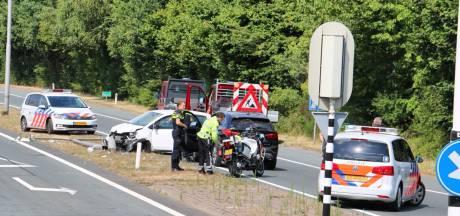 Auto knalt tegen lichtmast bij Oldenzaal, bestuurster gewond