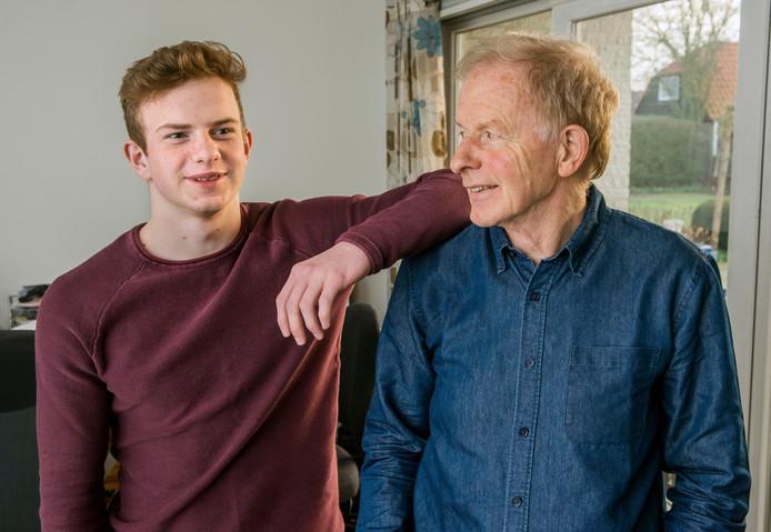 Jurian en zijn vader, Herman Dekker. Omdat Jurian nog op het vwo zit, ontvangt zijn vader nog gewoon kinderbijslag. Maar voor zijn tweelingbroer en hbo-student Jarno geldt dat niet.