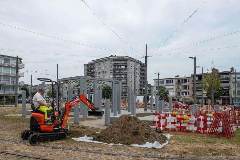 Arbeiders graven een nieuwe drainage aan het vaak door wateroverlast geplaagde vredesmonument voor gedeporteerde agenten op het Wim Saerensplein.