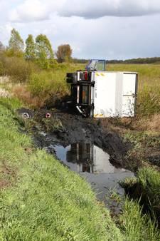 Vrachtwagen belandt op zijn kant naast A50