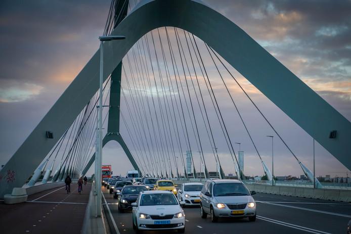 File op De Oversteek. Om verdere opstoppingen en files op de S100 in Nijmegen te voorkomen, zijn extra maatregelen nodig, blijkt uit onderzoek van verkeersbureau Goudappel Coffeng.