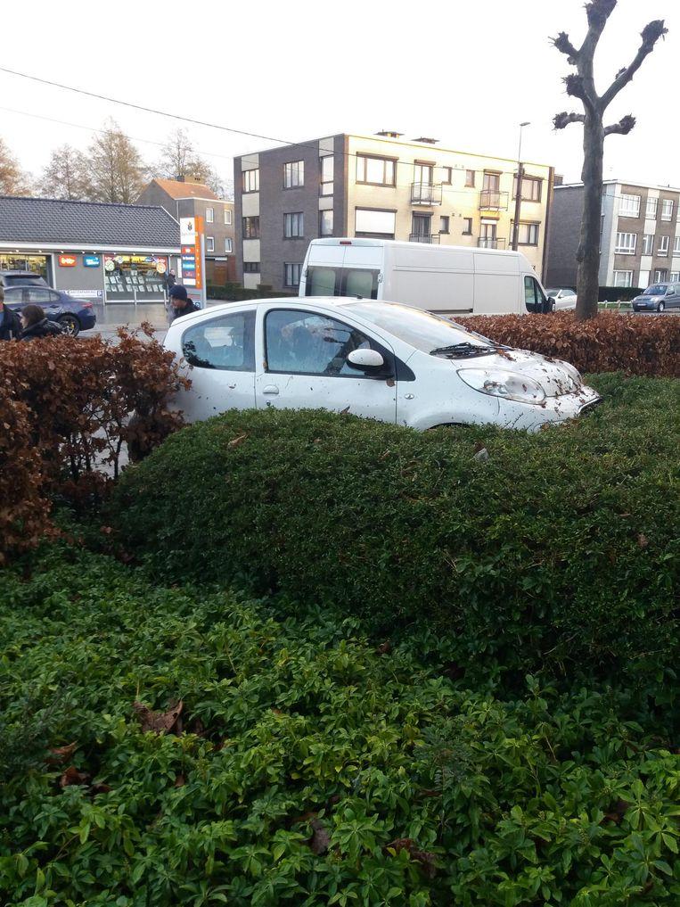 De aangereden auto in de haag van Residentie Vroonstalle.