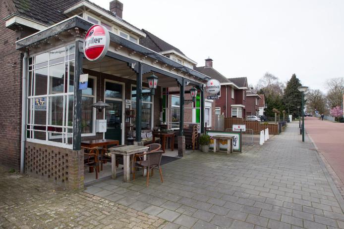 Café De Muis, voorheen café De Kuster. Hier is de boekpresentatie en in het oude café moest hij regelmatig zijn vader ophalen