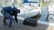 Rouwende moeder gooit lichaam van overleden anorectische dochter in koffer in de zee