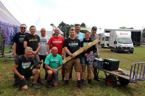 Enkele vrijwilligers leggen de laatste hand aan de opbouw van het festival.