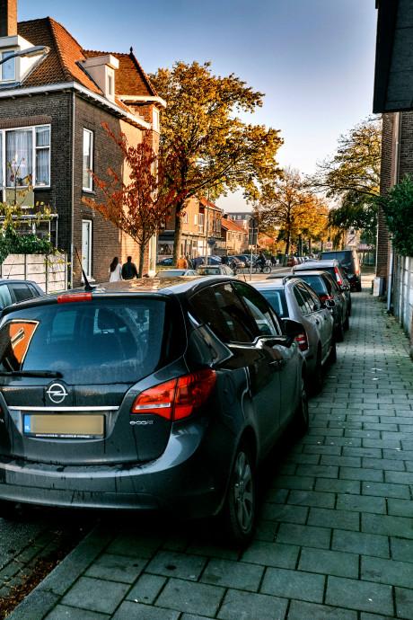 Stoepen vol met auto's: Krispijn heeft de buik vol van parkeeroverlast door kerkgangers