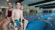Wout (11) eert overleden oma met zwemmarathon