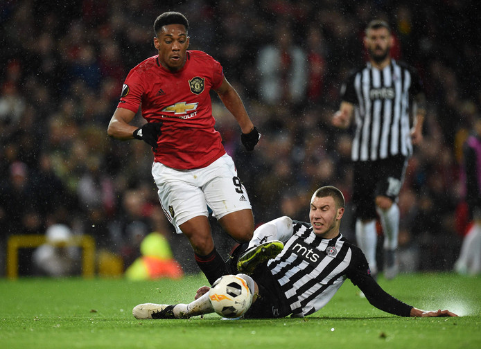 Strahinja Pavlovic  in duel met Anthony Martial