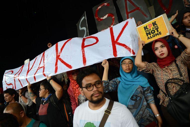 Demonstranten voor het hoofdkantoor van de KPK in Jakarta. Beeld afp
