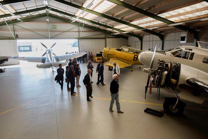 Eén van de hangaars met oude vliegtuigen van de Stichting Koninklijke Luchtmacht Historische Vlucht op vliegbasis Gilze-Rijen. Vrijdag viert het vliegend museum haar 50-jarig bestaan.