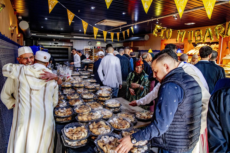 Drukte bij de Rotterdamse bakkerij Fes, tijdens het Suikerfeest vorig jaar.