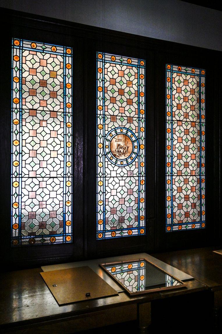 Prachtige glas-in-lood-ramen tonen het vakmanschap dat schuilgaat achter de gevel van de woning.