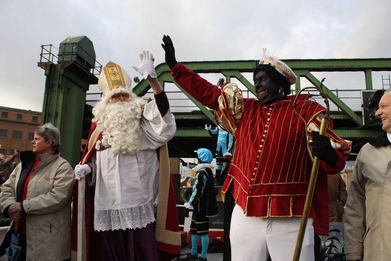 """Etienne Libaut speelt al 42 jaar Zwarte Piet. Hier wuift hij de kinderen toe in 2012. """"Als ik dit jaar als schoorsteenveger had moeten opdraven, had ik ontslag genomen."""""""