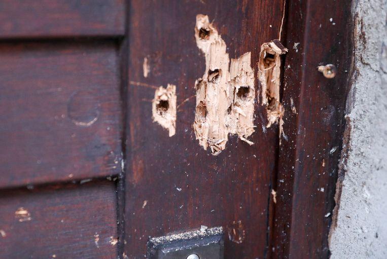 Kogelgaten in de deur van de synagoge.