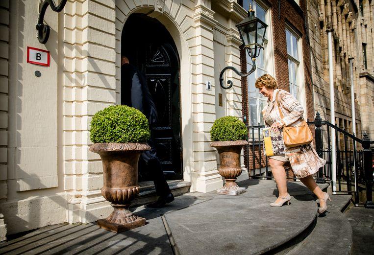 Mariette Hamer, voorzitter van de Sociaal Economische Raad (SER) bij aankomst bij het Johan de Witthuis voor de formatiegesprekken met informateur Gerrit Zalm. Beeld ANP