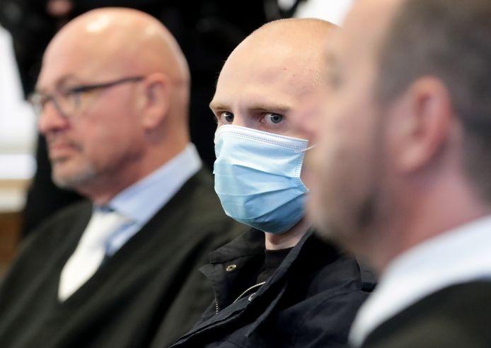 Stephan Balliet tussen zijn advocaten.