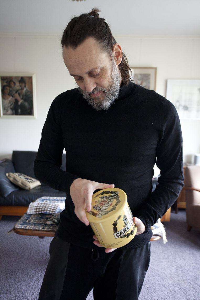 Hugo Borst met de koektrommel Beeld Margi Geerlinks