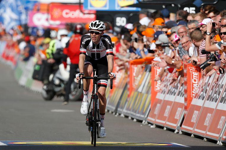 Tom Dumoulin komt over de finish tijdens de wielerklassieker Luik-Bastenaken-Luik. Beeld Anp