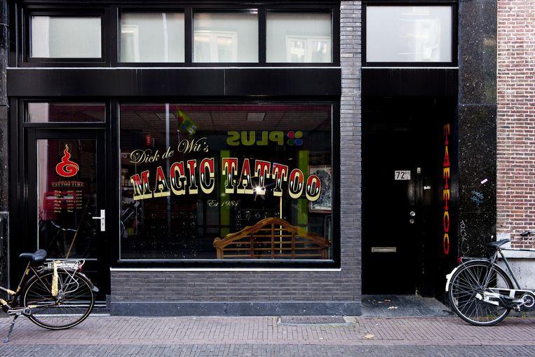 In de straat zit ook een tattooshop. Beeld Renate Beense