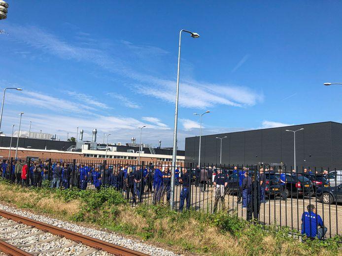 Alle personeelsleden staan buiten bij de Gazellefabriek in Dieren.