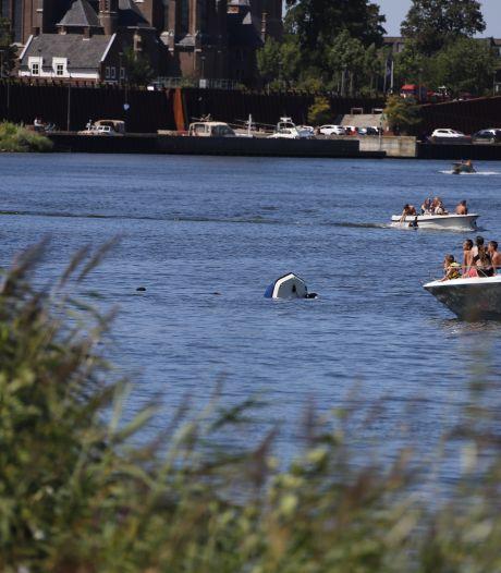 Boot met gezin aan boord kapseist op de Maas bij Cuijk